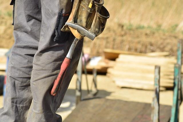 Man som bygger